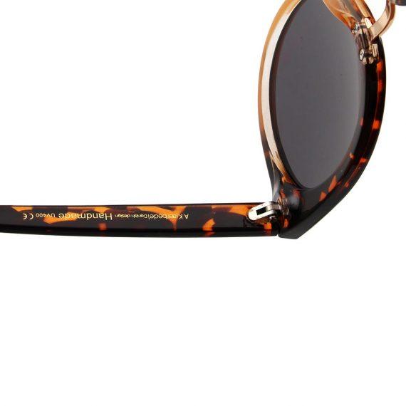 A.Kjaerbede zonnebril model Gray kleur geel zwart gevlekt met grijze glazen AKsunnies bril