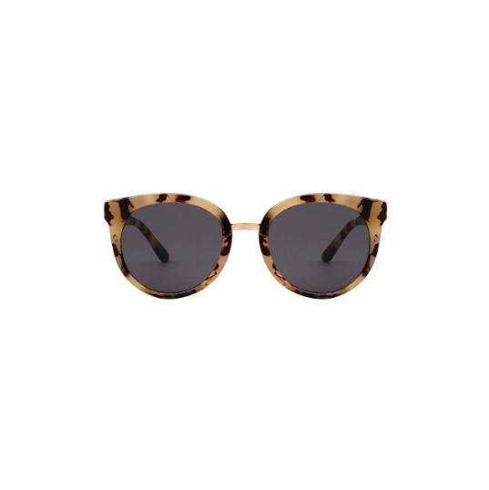 A.Kjaerbede zonnebril model Gray kleur hoorn bruin gevlekt met grijze glazen AKsunnies bril