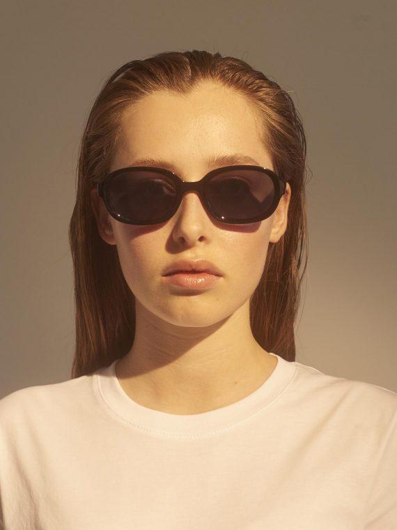 unisex Akjaerbede BOB zonnebril kleur zwart met zwarte glazen AKsunnies bril