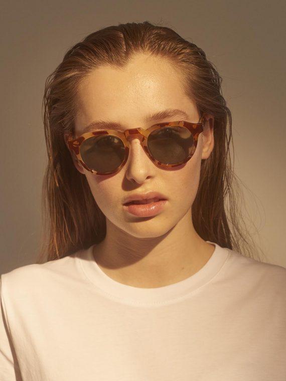 A.Kjaerbede zonnebril model George kleur licht bruin gevlekt met bronze glazen AKsunnies bril